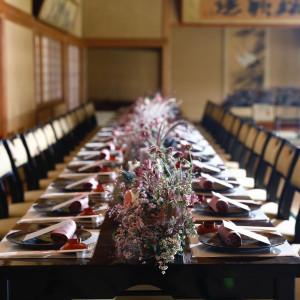 和モダンな装花がテーブルを一層艶やかに。|料亭 三光園の写真(8418772)