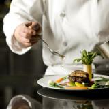 舌だけではなく五感すべてを刺激される料理で、ゲストの記憶に残る特別な時間を演出します。