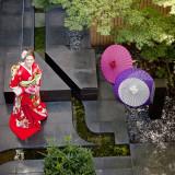 光りあふれる中庭は、和装の撮影スポットとしても人気