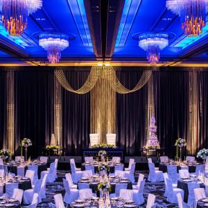 伝統ホテルの上質さを会場全体から感じられるコーディネート「ブリリアントブルー」。|HOTEL NEW OTANI HAKATA (ホテルニューオータニ博多)の写真(2239888)