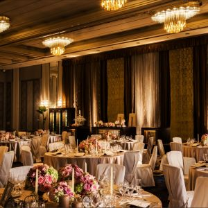 洗練された美しい多彩な会場コーディネートからおふたりらしいスタイルに合った披露宴を。ホテルならではのスケール感と多彩なコーディネートをご提案いたします。|HOTEL NEW OTANI HAKATA (ホテルニューオータニ博多)の写真(1988185)