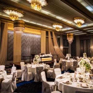 「鶴の間」高い天井と世界的な照明デザイナー・石井幹子氏デザインのシャンデリアが印象的な披露宴会場です。最新の音響照明設備が整っており、音と光の多彩な演出が可能です。|HOTEL NEW OTANI HAKATA (ホテルニューオータニ博多)の写真(1988186)