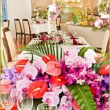 窓があって明るい会場には、トロピカル花材も映える!アレカヤシはボリューム満点です