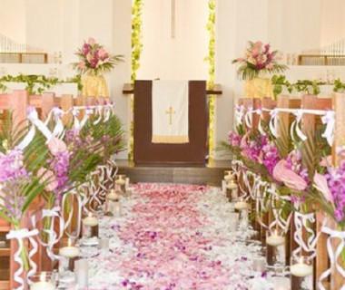 聖スパークヒル教会に入るとハワイアンムードが満載。ハワイのお花のにおいがする中での挙式はゲストも大喜びです!