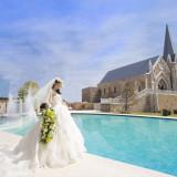 プールをバックに佇む≪聖・ステーラ教会≫ ウォーターステージでお二人の結婚式も彩を加えます