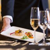 シェフが仕上げた料理を、ゲストの元にお届けするサービススタッフ。おもてなしの要です。