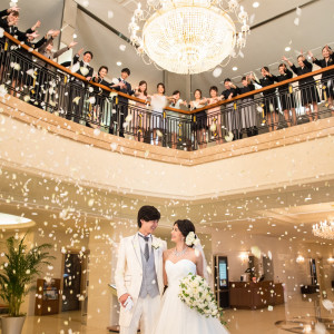 一日の結びをスタッフからのフラワーシャワーのプレゼントで感謝を込めて迎えます♪|ホテルベルクラシック東京の写真(2065923)