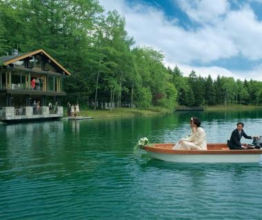 湖上を渡るボートでのロマンティックな入場が可能…☆
