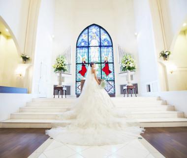 ウェディングドレスのロングトレーンも映える祭壇へと続く階段は、ご新婦様の姿をより美しく輝かせます。