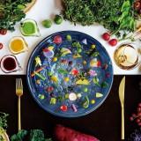 シェフ自ら厳選した拘りの食材で彩った目にも鮮やかな一皿