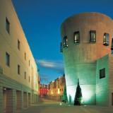 世界的建築家が築いた、自然と調和するデザインホテル。石畳の回廊が広がっている