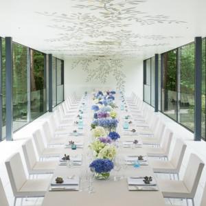 <ブリラーレ>全面ガラス張りの窓から豊かな緑を望み、スタイリッシュな雰囲気が漂う。自由に行き来できる併設のガーデンデッキでは、清々しい自然を満喫 星野リゾート リゾナーレ八ヶ岳の写真(1127038)