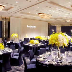 ネイビーを基調とした「ギャラクシー」は会場装花がひと際きれいに映える会場|ウェスティンホテル東京の写真(4869130)