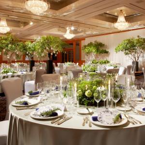 白と木目の茶色を基調とする大人な雰囲気の会場「スター」は高低差をつけた会場装花もきれいに映える|ウェスティンホテル東京の写真(4869143)