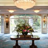 正面玄関入ってお花の香りを感じていただけます 豪華な生け花をお楽しみください