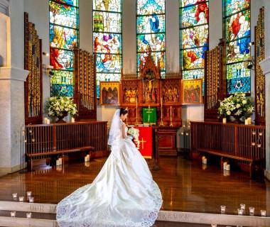 広々とした聖壇で執り行われる大聖堂挙式です。ステンドグラスの輝きがより一層格式高い雰囲気にしてくれる☆