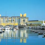 目の前に青い海とヨットハーバーが広がるリゾートホテル