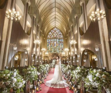 イギリスのウエストミンスター大聖堂がモデルとなった空間には、17mの天井高と26mのバージンロードが。思わずため息がこぼれるほど優雅な大聖堂。