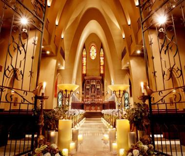 【セントソレイエ大聖堂】100年以上前に作られたステンドグラスやアンティークの調度品が、クラシカルな空間を際立たせる大聖堂。