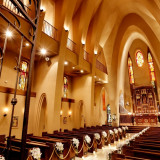 【セント・ソレイエ大聖堂】 約20メートルのバージンロードと木目調の祭壇が、 ウエディングドレスを一番綺麗に引き立てます。