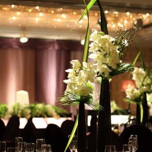 お部屋の雰囲気はシックに、お花は白色に。コントラストを利用したコーディネートも人気。 名古屋観光ホテルの写真(343721)