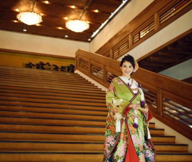 日本伝統技術を継承した 総檜造りのエントランスには大階段がございます