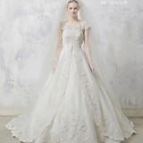 Aラインの桂由美ウエディングドレス。レースがとても美しいデザインです。