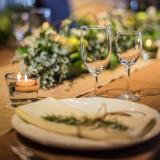 シンプルスタイルにも最適な「ユーカリ」を使用したテーブルコーディネートも人気です。