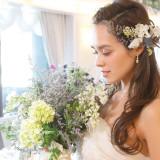 ナチュラルな装花のブーケとヘッド装花をあわるのもオシャレ♪
