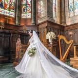 ブラウンの壁にダークグリーンの階段。花嫁の純白のウェディングドレスが何よりも映える最高のステージ。