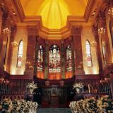 英国にて200年以上前から歴史を刻み、この地へやってきたステンドグラス。そこからの光が降り注ぐダイナミックかつアンティークな大聖堂。