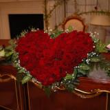 真っ赤なバラをハート型にしたメイン装花