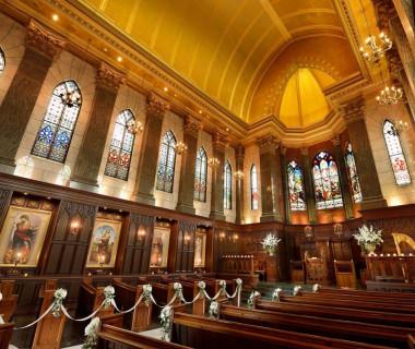 ヴァージンロードの長さ12m、天井の高さ18mを誇る大聖堂には、一目ぼれする新郎新婦様が多数。挙式のみも可能。