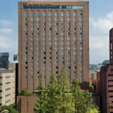 ANAクラウンプラザホテル広島は平和大通りに面した立地。近くには路面電車の駅も
