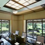 5階 日本料理「雲海」の個室、鷹ノ羽や相生はご結納や顔合わせにもおすすめ。日本庭園を眺めながら家族と和やかなひとときを。