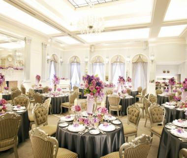 新館「アネックス」バンケットルーム。白を基調とした、高い天井と大きな鏡が特徴のパーティールーム、それが「アリエノール」です。優雅で華やかな色合いが気品高くゲストを迎えます