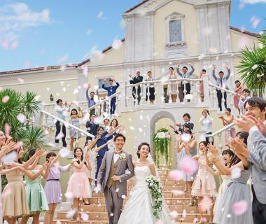 エリアでも希少なフラワーシャワーの大階段。ドラマチックな結婚式が叶います♪