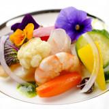 海の幸と野菜のエチュベ 菜園風 エディブルフラワー飾り