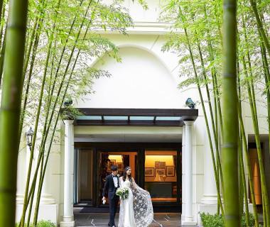 <外観>見上げるような白亜のゲートと、緑々しい竹林がゲストを迎える