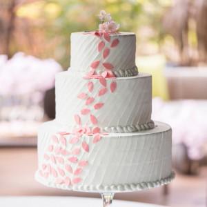 <春のコーディネート> 桜をモチーフにしたウェディングケーキ。 シンプルながらも、思わず写真におさめたくなる一品。 横浜迎賓館の写真(1302077)