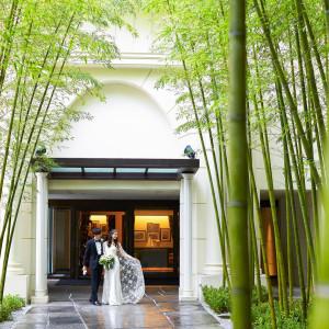 <外観>見上げるような白亜のゲートと、緑々しい竹林がゲストを迎える|横浜迎賓館の写真(873890)