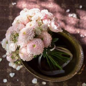 <春のコーディネート> 桜をイメージさせるピンクで仕上げるブーケ。 特別な一日を引き立たせる。 横浜迎賓館の写真(1302078)