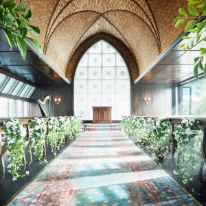 左右正面と3方向から注ぐ陽光、アーチ型でレンガ調の天井、木目の温かさ・・・自然と調和したナチュラルなチャペル。|横浜迎賓館の写真(1893167)