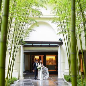 <外観>見上げるような白亜のゲートと、緑々しい竹林がゲストを迎える|横浜迎賓館の写真(4054388)