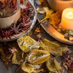 〈秋のコーディネート〉ウェルカムスペースに木の葉とキャンドルを置けば立派なウェルカムアイテムに 横浜迎賓館の写真(2379978)