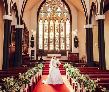 19世紀初頭から200年もの間、英国に実在した教会から調度品などを譲り受けた本格教会。その醸し出す重厚感や圧倒的なスケールは本物だからこそ。