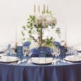 【Grace Blue】普遍的な美しさと気品を湛えたロイヤルブルーが 高級感のあるウエディングシーンを演出。