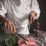 帝国ホテルでは肉選び専門のブッチャーの厳しい審査を通った肉だけが、料理人のもとへと運ばれます。ホテル伝統のローストビーフは2週間ほど熟成させたのち、じっくりと焼き上げます