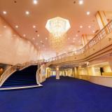 エントランスロビー 濃紺の大階段での撮影は花嫁衣裳をより一層美しく引き立てます