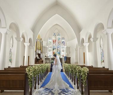 20M続くロイヤルブルーのバージンロードと11Mの天井高は、ウエディングドレスを引き立ててくれると話題。120年以上の時を刻むステンドグラスが輝く完全独立型大聖堂。